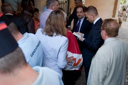 La réception des sacs par un conseiller du Premier ministre