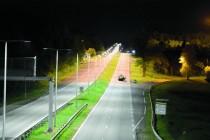 L'expérimentation Lumiroute (au premier plan) associe un enrobage routier clair à un éclairage à leds performant.