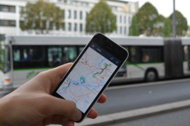 Grâce à un smartphone, l'application ZenBus permet sur une trentaine de lignes du réseau de suivre les véhicules en temps réel et de faire ses propres prédictions