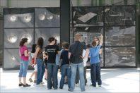 Groupe  de jeunes au Grand Palais, à Paris,