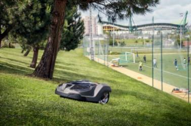 Photo 2 – Tous les espaces verts et terrains de jeux vont-il passer progressivement aux robots de tonte © Husqvarna