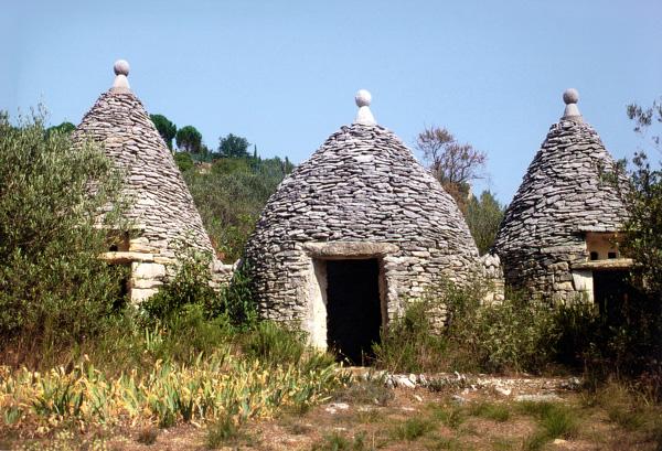Gordes (Vaucluse), les 3 soldats, cabane et pigonniers symétriquement alignés considérés comme  emblématiques de l'architecture provençale en pierre sèche, ©Jean Laffitte CC BY SA 3.0 via wikimedia