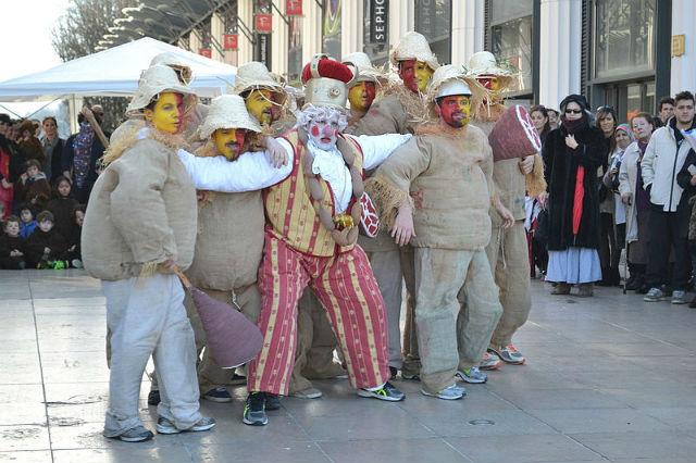"""Sent Pançard et ses """"palhassos"""" au Carnaval Biarnés de Pau en  2016 ©Unuaiga CC BY SA 40 via Wikimedia"""