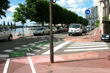 Quai_d'Allier_à_contresens_-_Piste_cyclable_sur_trottoir