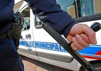 Bâtons de défense : à quelles conditions les agents peuvent-ils continuer à les porter?