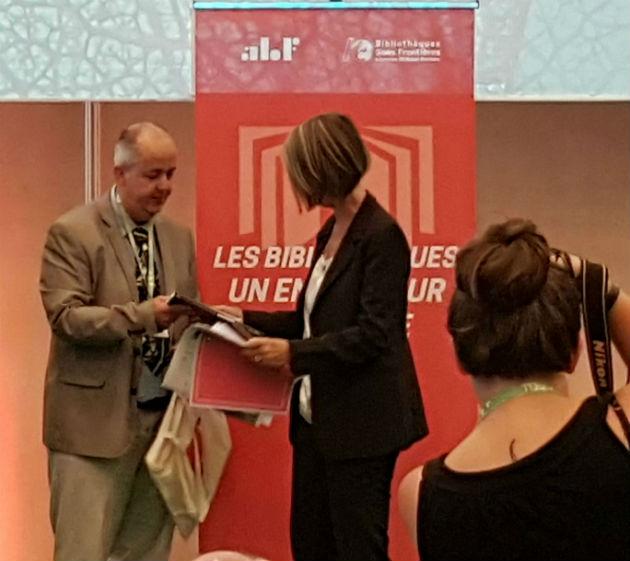 Xavier Galaup, président de l'ABF, remet à Françoise Nyssen le sac du parfait congressiste ©hg CC0