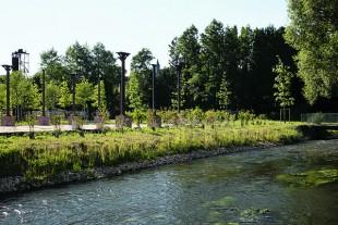Sur l'ancienne emprise de la fonderie, au bord de la Blaise, des colonnes de fonte jalonnent les allées et des poutres métalliques servent au balisage lumineux.