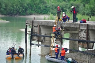 Exercice impliquant différentes techniques d'intervention contre les inondations, notamment le sauvetage nautique.