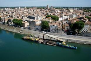 Dans le cadre du « Plan Rhône », lancé après les inondations de 2013, de lourds travaux ontété entrepris, comme ici, à Arles. ceuxdurenforcement des quais et des digues traversant la ville.