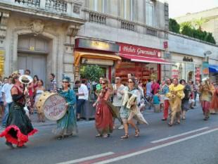 380 Parade Festival AVIGNON cr veronique pagnier cc0 - UNE
