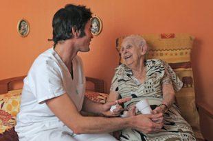 senior et soignant-UNE