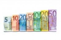 Euroscheine in einer Reihe vor weiem Hintergrund