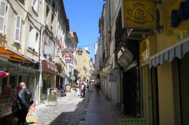 Rue du centre-ville de Narbonne, dans l'Aude.