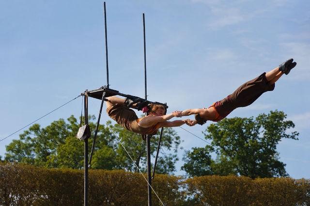 La compagnie Kaoukafela au Festival des arts de la rue et du cirque de Sceaux, en 2010 ©Myrabella CC BY 3.0 via wikimediacommons