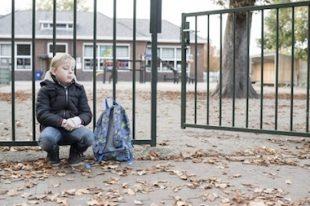 enfant-seul-oublié-ecole-UNE