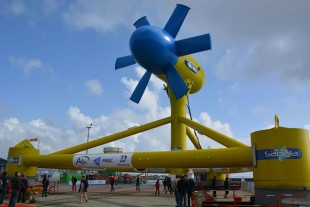Un prototype d'hydrolienne Sabella en démonstration à Brest.