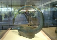 Musée de Bibracte (EPCC), Copie de casque en bronze orné d'un volatile (IIIe-IIe s. av. J.-C.). provenant d'un dépôt dans le sanctuaire de Tintignac (Corrèze) ©Bibracte5871 CC BY SA 3.0