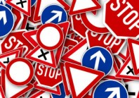 «40 % des panneaux du réseau routier sont non conformes», selon le Syndicat des équipements de la route