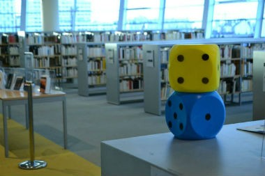 380 X 253 -Bibliotheque-des-Champs-libres-a-Rennes-Cycle-«-A-vous-de-jouer-»-janvier-2014-CC-BY-SA-20 - UNE