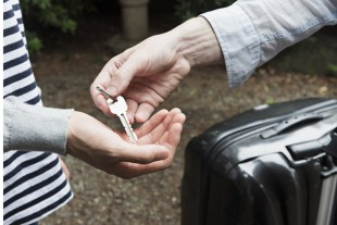 Anne Hidalgo applique la loi «Elan» pour attaquer Airbnb