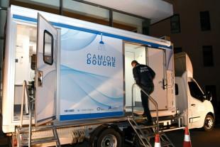 Contre la marginalisation des sans-abri, un camion-douche parcourt Marseille
