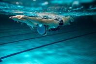 Nageuse en piscine