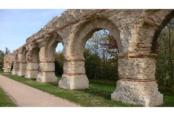 L'aqueduc romain du Gier, à Chaponost (Rhône) fait partie des 18 monuments emblématiques retenus comme prioritaires pour le Loto du patrimoine, © Arnaud Fafourrnoux CC BY SA 3.0