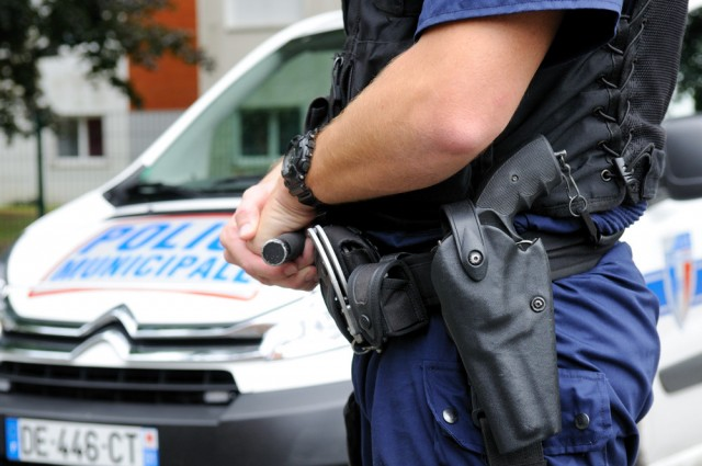 Police municipale 2 Armement pistolet Smith and Wesson SP38.