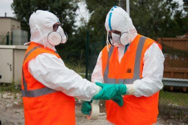 Masque, combinaison, gants, chaussures ou bottes décontaminables ou surbottes à usage unique : le choix d'un équipement de protection individuelle (EPI) doit reposer sur l'analyse des risques, évalués pour chaque situation de travail.