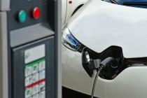 Les Mureaux, mai 2016 : rechargement de la batterie d'une voiture électrique