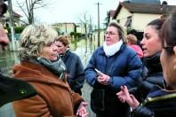 Selon la maire Sylvie Altman (à gauche), il faut encore acquérir une centaine de propriétés privées dans la zone rouge pour protéger davantage les habitants.
