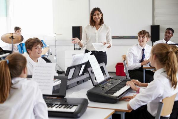 musique-enseignement-classe-Monkey Business-AdobeStock_183480410-UNE