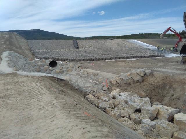 Bassin écrêteur de crue construit en 2015 à Fabrezan (sinistré aujourd'hui), par le SMMAR.