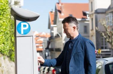 Un automobiliste paie à l'horodateur à Biarritz