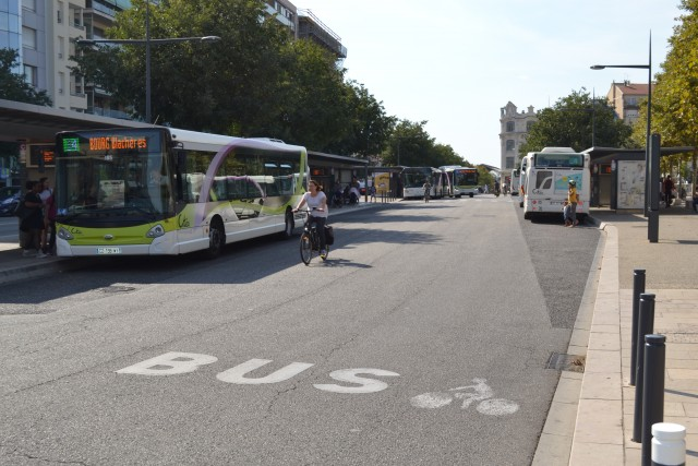 Bus et vélos cohabitent en centre-ville de Valence.