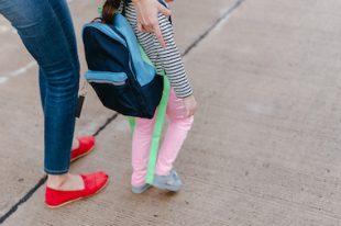 école enfant maman cartable
