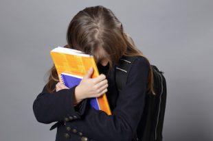 fillette triste, violence et harcèlement à l'école