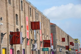 Les docks Vauban au Havre (Seine-Maritime) reconvertis en zone commerciale. Ici, la façade côté quartier Saint-Nicolas.
