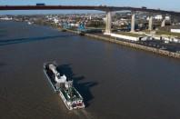Photos 1 – Le transport par barge apporte une simplification administrative et technique © NSNP-F.Badaire