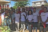 Chamssia Mohamed (à gauche) entourée de jeunes en service civique