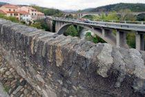 Les ponts de Ceret depuis le Pont du Diable. Le Pont du Diable fut bati en 1321 sous le regne des rois de Majorque. Veritable Chef-d'oeuvre d'architecture medievale, c'est une construction audacieuse et curieuse: une seule arche de plus de quarante-cinq metres d'ouverture franchissant le Tech dans son entier, la clef de voute se situant a plus de vingt-cinq metres de hauteur. A cet ouvrage majestueux, a la fois solide et gracieux, l'on prete la legende selon laquelle le diable lui-meme en serait le batisseur en une seule nuit, d'ou son nom: Pont du Diable. Languedoc-Roussillon