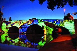 A la nuit tombée, de mai à septembre, les monuments et les ponts de Châlons-en-Champagne sont artistiquement mis en lumière.