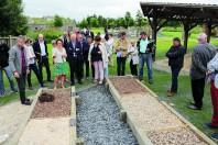Inauguration du Pavillon des énergies (Le Dézert, Manche) en juin 2018. Différentes sortes de paillage  organiques et le non-recours aux pesticides sont expliqués.
