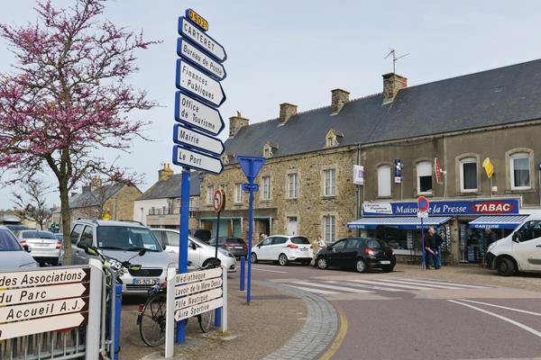 Dernier vestige du centre des finances publiques : un panneau dans le bourg de Barneville-Carteret. Désormais, la trésorerie se situe aux Pieux, chef-lieu de canton.