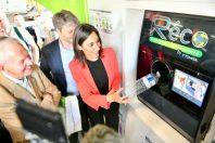 Brune Poirson, secrétaire d'Etat à la Transition écologique et solidaire, teste la consigne dans un supermarché en Allemagne, où le dispositif est déjà en place.