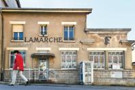 Une femme passe devant l'ancienne poste de Lamarche le 14 mai 2019.