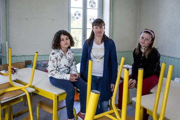 Louise (à gauche) et Maiwenne dans leur ancienne salle de classe, avec Virginie Mignot la mère de Maiwenne.