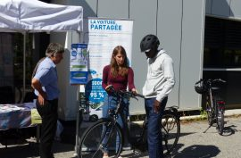 Stand écomobilité de la Communauté de communes Cœur de Savoie : présentation d'alternatives à la voiture individuelle et formation de remise en selle.