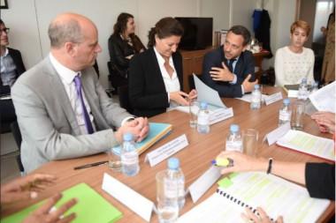 La députée (LREM) Michèle Peyron a remis son rapport sur la PMI aux ministres Agnès Buzyn, Jean-Michel Blanquer, et Adrien Taquet
