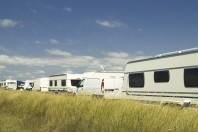 Des caravanes installées sur un terrain